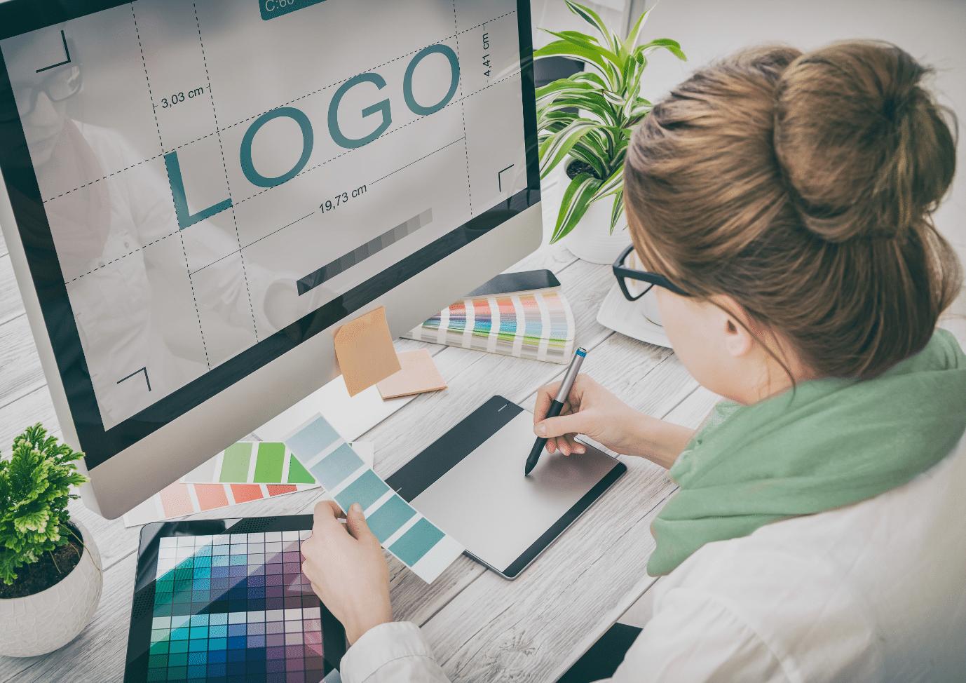 Designerin gestaltet Logo